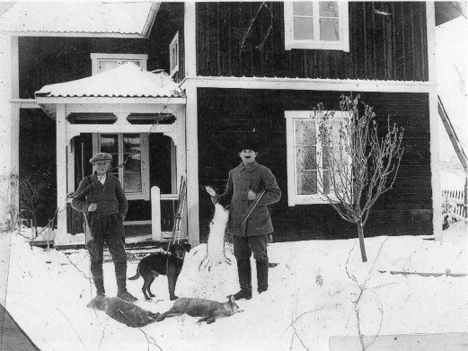 Elsa Eriksson Östnor, Karl Ek till höger och broder Oscar vid hemgården. Bytte rävskin mot nya skor till julen 30-tal113